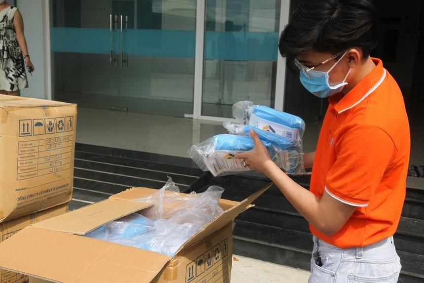Trong đợt này, FPT tiếp ứng đến Quảng Nam 2.800 bộ đồ bảo hộ và 2.800 khẩu trang, tổng giá trị 500 triệu đồng (nằm trong gói hỗ trợ 20 tỷ đồng chống dịch Covid-19 của Tập đoàn).