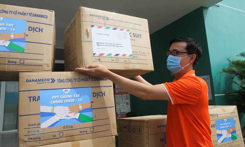 Theo anh Trần Văn Khánh, Giám đốc FPT Software Quảng Nam cho biết, địa phương đang căng mình kiểm soát dịch bệnh khi tiếp giáp với TP Đà Nẵng, liên tục ghi nhận các trường hợp dương tính những ngày vừa qua. Các y, bác sĩ đang rất cần bổ sung đồ bảo hộ, trang thiết bị y tế cho công tác phòng chống dịch.