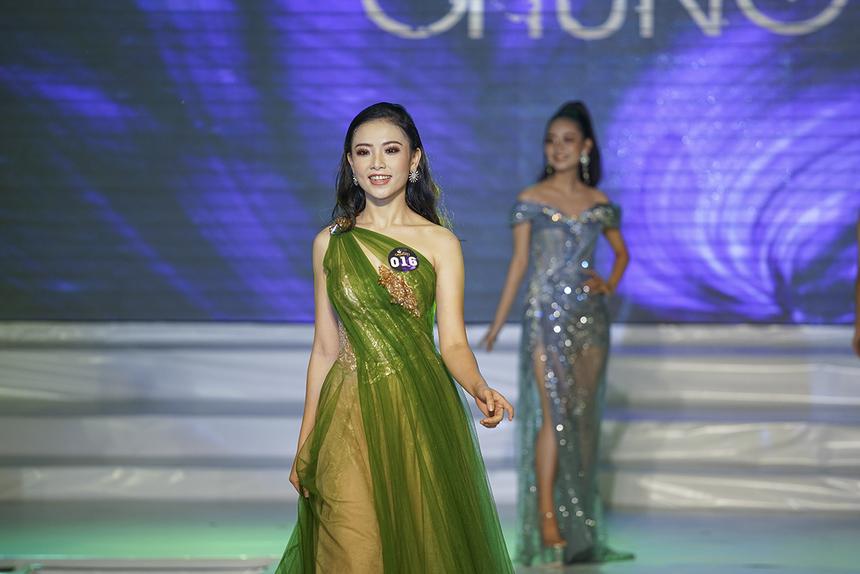 Nữ sinh 1999 tự tin sải bước với phong thái tự tin và nụ cười tươi trong đêm chung kết Miss ĐH FPT Cần Thơ.