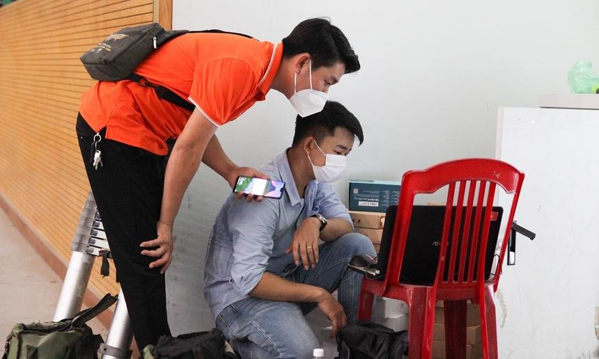Triển khai tại hiện trường, anh Phan Anh Tú, đại diện khối Kỹ thuật chi nhánh Đà Nẵng, thông tin từ chiều 4/8, CBNV đơn vị đã bắt tay vào triển khai hạ tầng. Tính đến trưa nay (5/8), khối lượng công việc đã hoàn thành khoảng 70%, đặt mục tiêu hoàn tất trong chiều cùng ngày.