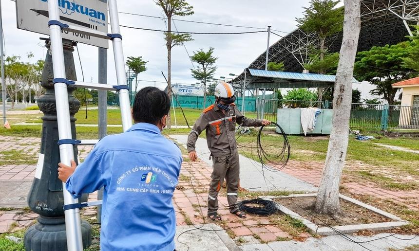 Sáng 4/8, Sở Y tế TP Đà Nẵng có công văn gửi FPT Telecom Đà Nẵng về việc đề nghị hỗ trợ hạ tầng Internet khu vực Bệnh viện dã chiến tại Cung thể thao Tiên Sơn. Ngay đầu giờ chiều, FPT Telecom đã hoàn tất phương án, 'thần tốc' điều động nhân lực triển khai, đặt mục tiêu hoàn tất trong 5. Ảnh các kỹ thuật viên FPT Telecom hối hả thực hiện những bước cuối trong chiều 5/8.
