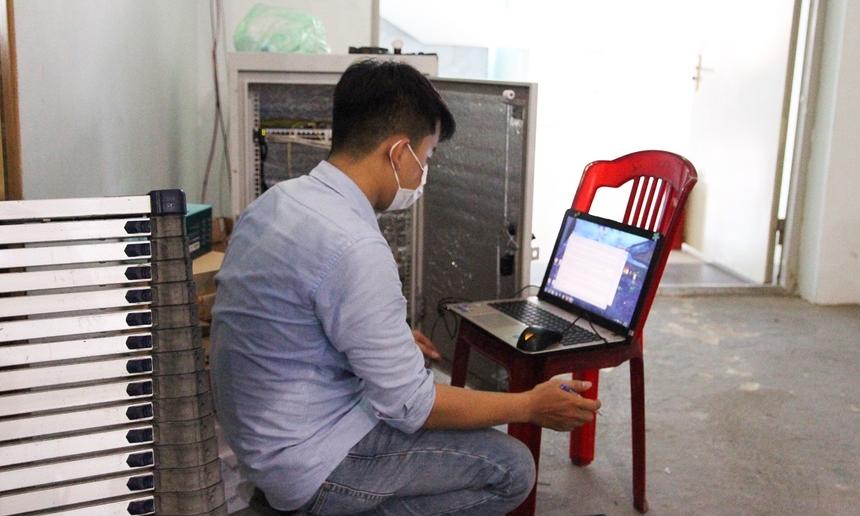 Anh Phan Văn Sơn, phụ trách giám sát hạ tầng kỹ thuật chi nhánh Đà Nẵng, cho hay, ngoài việc khẩn trương lắp đặt, CBNV cũng đang chú trọng việc đảm bảo vận hành ổn định, sẽ tiến hành kiểm tra kỹ lưỡng trước khi bàn giao cho Sở Y tế.