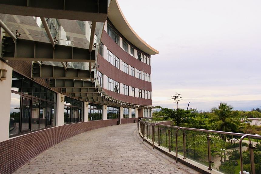 Năm 2015, UBND TP Đà Nẵng và Sở xây dựng đã chọn tòa nhà F-Complex là công trình tiêu biểu của Đà Nẵng để giới thiệu tại Ngày Kiến trúc Thế giới 2015. Đây cũng là công trình đầu tiên tại Việt Nam được thiết kế theo Quy chuẩn 2013 của Bộ Xây dựng, sử dụng hiệu quả năng lượng. Các thiết kế về hệ thống kỹ thuật mới nhất trong điều hòa cũng như thu gom hệ thống nước thải của Nhật. Nước thải sau khi xử lý có thể sử dụng để tưới cỏ và vệ sinh sân vườn. Hệ thống vật liệu xây dựng được thiết kế theo xu hướng kiến trúc xanh.