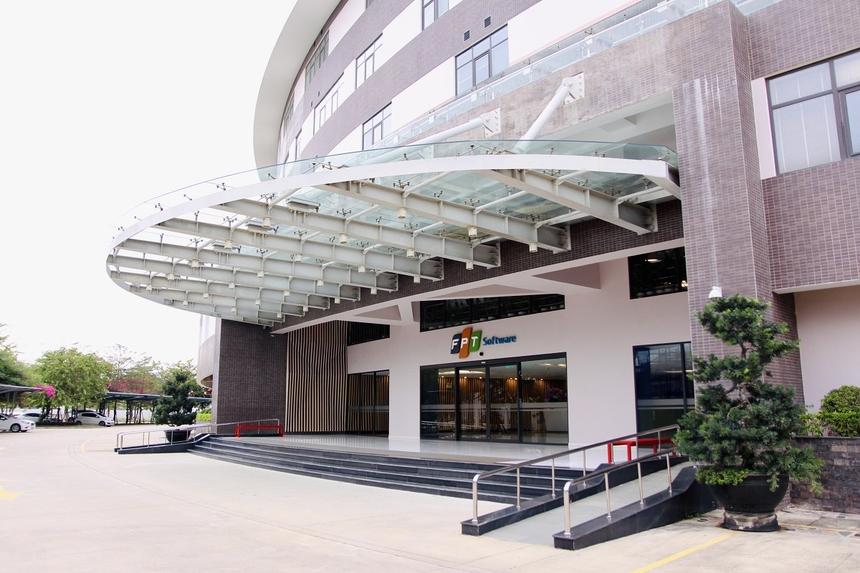 Theo thiết kế, Tòa nhà F-Complex cao 6 tầng, tổng diện tích 5,9ha, trong đó quy mô diện tích sàn xây dựng khu văn phòng, nhà ăn và nhà để xe lên đến 30.950m2. Khi hoàn thành các giai đoạn sẽ tạo nên một vòng tròn khép kín, nơi đây sẽ có sức chứa lên đến gần 10.000 nhân sự. Đây cũng là con số mà Ban lãnh đạo FPT Software Đà Nẵng đang hướng tới.