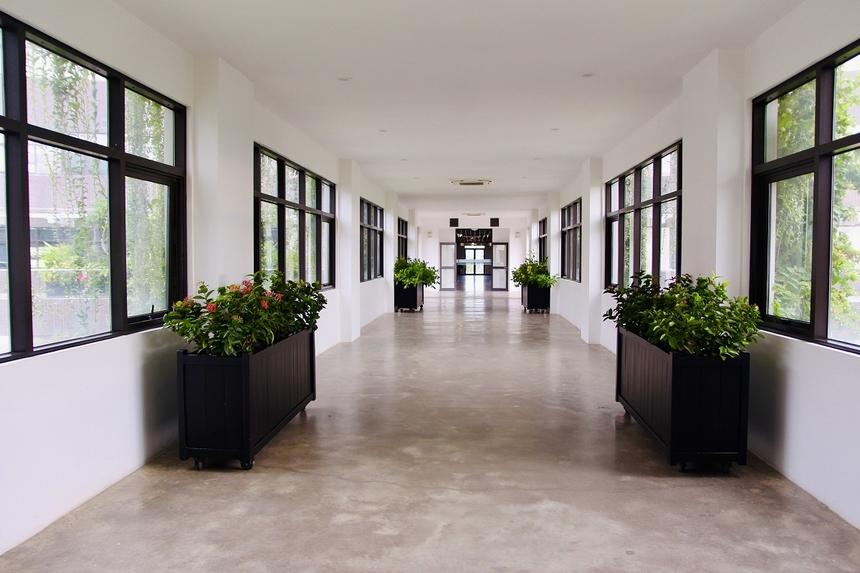 Những ngày trước thời điểm bùng phát dịch Covid, hành lang này là nơi nhộn nhịp, là cầu nối giữa 2 tòa văn phòng để CBNV thuận tiện đi lại. Tuy nhiên, thời điểm này lại vắng vẻ, 'yên bình' đến lạ.