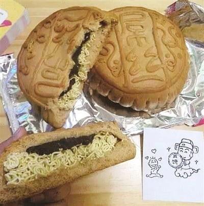 Bánh Trung thu nhân ... mì tôm phù hợp với sinh viên.