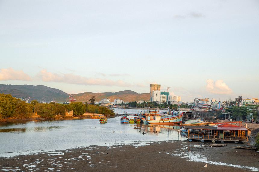 Đầm Thị Nại là đầm nước mặn lợ lớn nhất của tỉnh Bình Định nằm phía Đông Bắc TP Quy Nhơn. Đầm mang vẻ đẹp huyễn hoặc, thu hút vào mỗi buổi sớm mai và hoàng hôn.