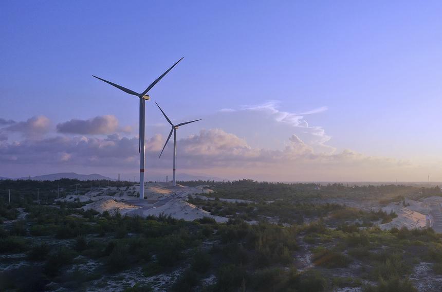 """""""Cánh đồng quạt gió"""" Phương Mai gồm 6 trụ tua bin gió, trải dài trên diện tích 122 ha, nằm tại khu kinh tế Nhơn Hội thuộc địa bàn xã Cát Tiến, huyện Phù Cát. Với tổng công suất 21 MW, đây là nhà máy điện gió đầu tiên trên địa bàn tỉnh Bình Định và là một trong những nhà máy điện gió có công suất lớn nhất cả nước. Nhà máy này có vốn đầu tư 40 triệu USD, đã đi vào hoạt động đầu năm 2020."""