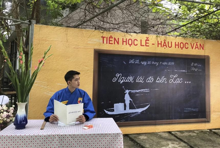 """Là giảng viên Vovinam ĐH FPT Hà Nội,Phạm Đức Chínhghi điểm với sinh viên nhờ tài năng, sự thân thiện và vẻ ngoài soái ca của mình. """"Anh thầy nhà F"""" sở hữu gương mặt trẻ măng, trắng mịn khiến cả hội nữ sinh phải ghen tỵ."""