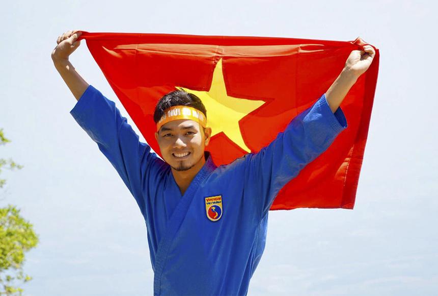 Đỗ Kinh Kha, sinh năm 1988, hiện là giảng viên bộ môn giáo dục thể chất tại ĐH FPT Hà Nội. Trước khi đến với FPT, anh từng làm việc trong môi trường tổ chức sự kiện và du lịch. Sau đó bén duyên với FPT Education và quyết định gắn bó nơi này bởi tình yêu với công việc giảng dạy.
