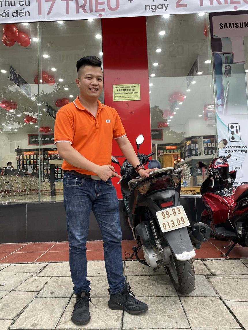 Anh Phạm Ngọc Cương - ASM (Quản lý vùng) Khu vực 4, Miền Bắc 1 - gây ấn tượng với bức ảnh chụp trước cửa hàng cùng chiếc biển số xe 013.09.