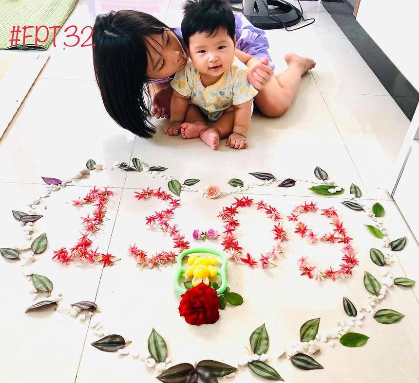 Chị Phùng Thị Loan - giáo viên FPT School Đà Nẵng tỉ mỉ xếp hoa và lá tạo hình 13-09 cùng hai thiên thần nhỏ của mình.