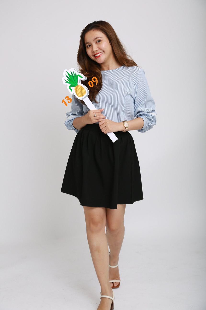 Chị Lê Thị Hồng Oanh - Cán bộ Truyền thông FPT IS HCM xinh xắn với đạo cụ gắn số 13 và 09.