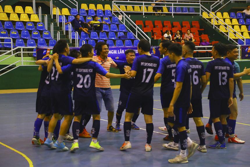 FPT Software khép lại trận bán kết với chiến thắng 4-0 và giành về vào chơi chung kết sau nhiều năm vắng mặt. HLV và các cầu thủ nhà Phần mềm ăn mừng sau trận bán kết như thể vừa giành chức vô địch.