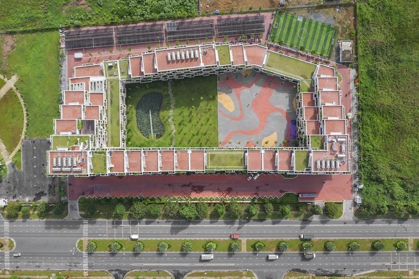 Nằm tại vị trí đắc địa của khu công nghệ cao, xung quanh là các tập đoàn, doanh nghiệp nổi tiếng… campus rộng hơn 22.000 m2 của ĐH FPT nổi bật với kiến trúc độc đáo, được thiết kế bởi kiến trúc sư Võ Trọng Nghĩa.
