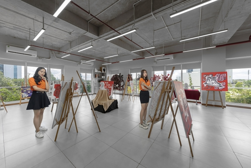 Nhà trường còn đầu tư cho sinh hoạt ngoại khoá, nghệ thuật của sinh viên, khi tổ chức gần 30 câu lạc bộ, thuộc nhiều lĩnh vực như lập trình Fcode, tình nguyện StitiGroup, truyền thông Cóc Sài Gòn, âm nhạc FBK, nhảy hiphop Fstyle, bóng rổ FBC, phong cách Nhật Bản JSC… Tất cả hoạt động này đều được tổ chức tại phòng Student Club.