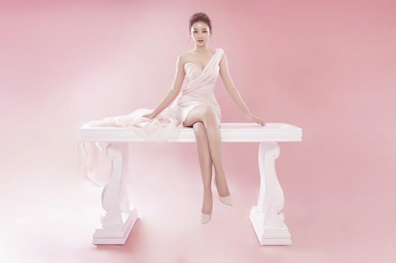 Song song với việc họp tập, Hoàng Yến Ngọc thường xuyên tham gia các hợp đồng truyền thông, chụp hình quảng cáo. Với lợi thế ngoại hình, nữ sinh đã trở thành người mẫu ảnh cho nhiều nhãn hàng thời trang tại Cần Thơ.