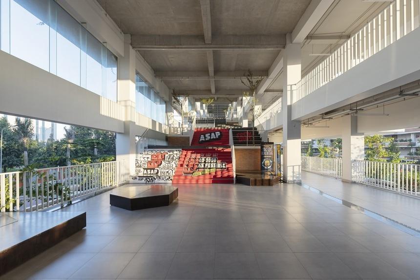 Nhà trường cũng tính toán kỹ lưỡng khi thiết kế để tận dụng triệt để gió trời và ánh sáng tự nhiên, từ đó giảm nhu cầu sử dụng ánh sáng nhân tạo, hạn chế chi phí vận hành, bảo trì, lượng điện tiêu thụ và nguy cơ hiệu ứng nhà kính.