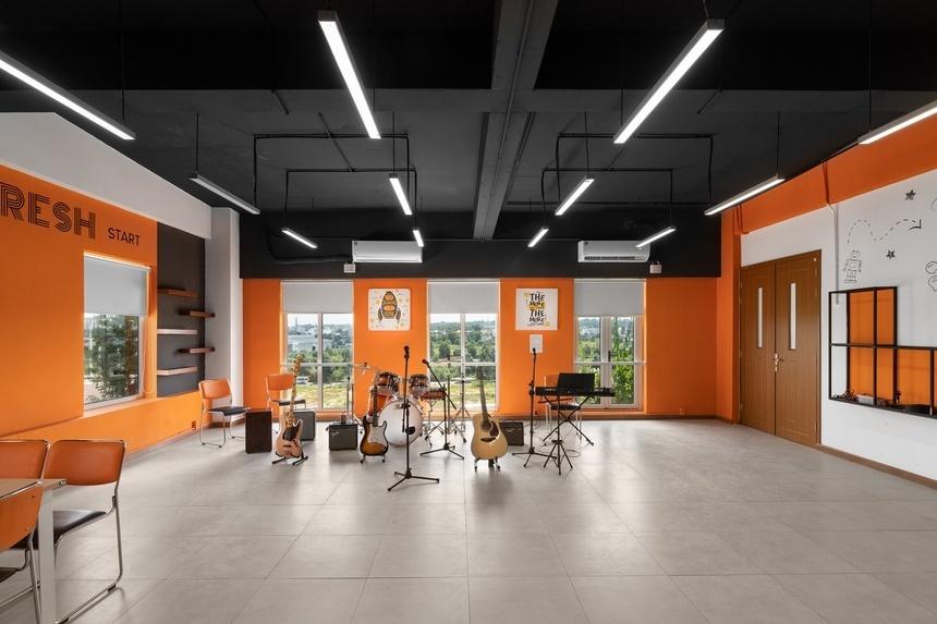 Nhà trường cũng đầu tư một phòng thu âm với dàn nhạc cụ hiện đại để sinh viên tự do thể hiện khả năng sáng tác, ca hát; hay phòng studio riêng chắp cánh cho những ai muốn trải nghiệm nhiếp ảnh, làm phim, người mẫu…