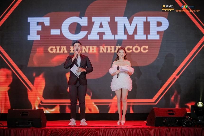 """Phương Trinh thể hiện sự đa năng của mình trong vai trò dẫn chương trình của đêm hội """"F-Cam - Gia đình nhà Cóc"""" vừa diễn ra, chào mừng năm học mới của ĐH FPT Cần Thơ."""