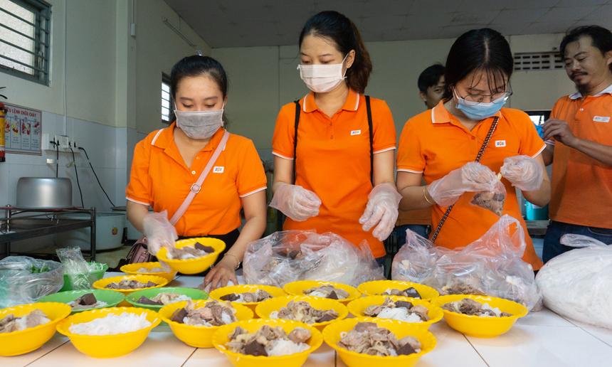 Ngoài những suất quà, các bạn còn tự tay vào bếp, chuẩn bị một bữa ăn trưa để mời các cụ. Để có được bưa ăn này, các bạn nữ đã phải dậy từ 5h sáng để mua nguyên liệu, chế biến sẵn, đóng thành từng gói mang đi.