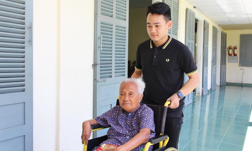 Trong lần đầu tiên tham gia vào một chuyến thiện nguyện với đồng nghiệp, anh Võ Duy Khánh thực sự xúc động. Chứng kiến niềm vui, nụ cười của các cụ già giúp anh hiểu hơn về hoạt động vì cộng đồng của người FPT.