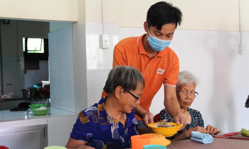 Bữa trưa hôm nay có món bún, và trái cây mời các cụ già. Anh Võ Huy Quang cũng chính là 'bếp trưởng', cùng các bạn khác trong nhóm phụ trách việc nấu bún.