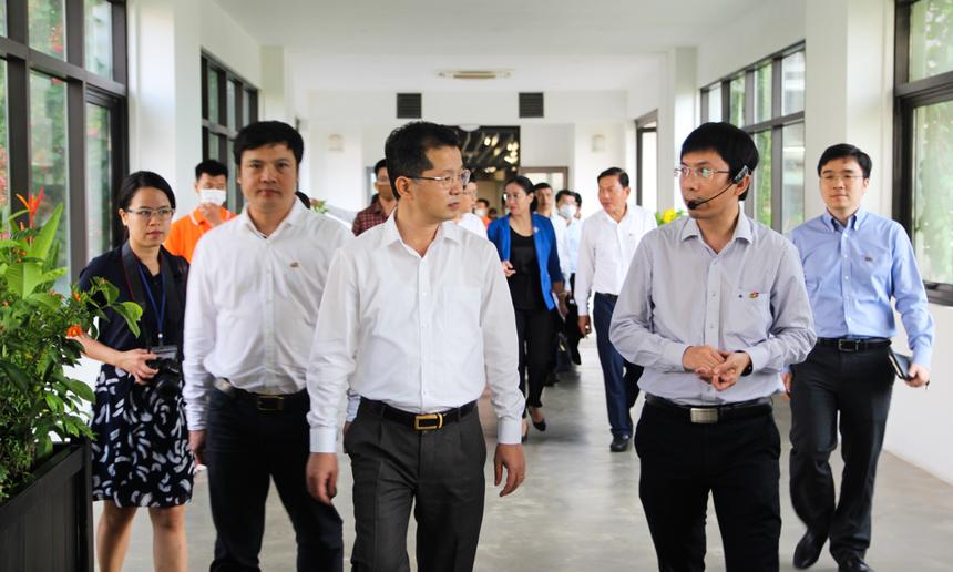 Ngay sau đó, Chủ tịch FPT Software miền Trung Nguyễn Tuấn Phương đã dẫn đoàn công tác đi tham quan trụ sở, văn phòng làm việc, các tiện ích kết hợp, không gian xanh,... tại toà nhà F-Complex.