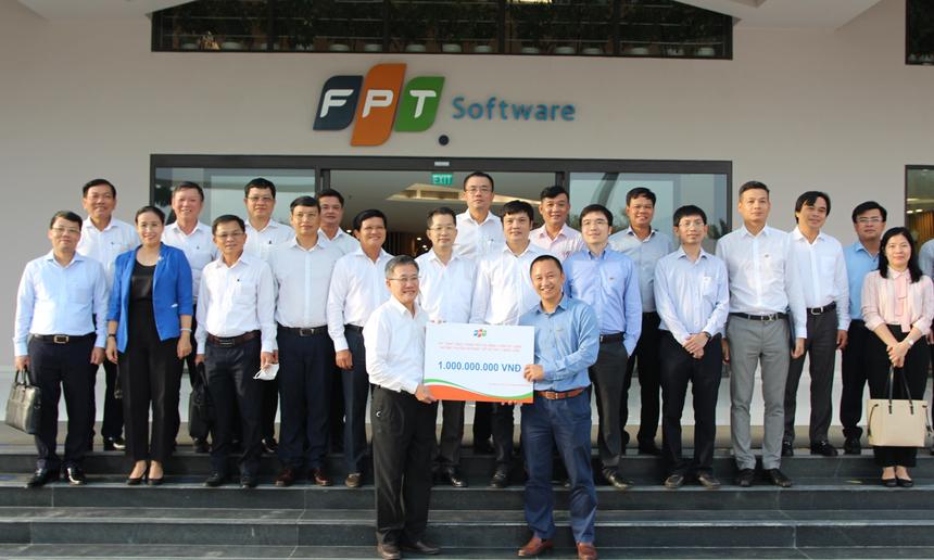 Giám đốc FPT Telecom Vùng 4 Nguyễn Thế Quang đại diện cho nhà Viễn thông trao tặng 1 tỷ đồng (tương đương 3 năm sử dụng dịch vụ Internet miễn phí) cho 3 bệnh viện trên địa bàn thành phố.
