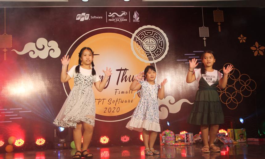 <p> Các bé Phương Uyên, Diệp Ngân, Thiên Thư có màn khuấy động sân khấu với điệu nhảy nhí nhảnh, hài hước trên nền nhạc ca khúc Chiếc bụng đói.</p>
