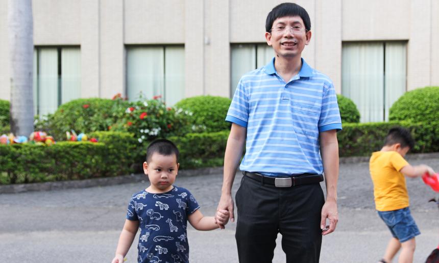<p> Anh Nguyễn Tuấn Phương, Chủ tịch FPT Software miền Trung, phấn khởi dẫn cậu trai FSmall đến tham gia chương trình. Anh cho hay, sau những ngày Covid, đây là một dịp rất tốt để cả nhà quây quần bên nhau. Để các bé có một đêm Trung thu ý nghĩa, nhiều niềm vui.</p>