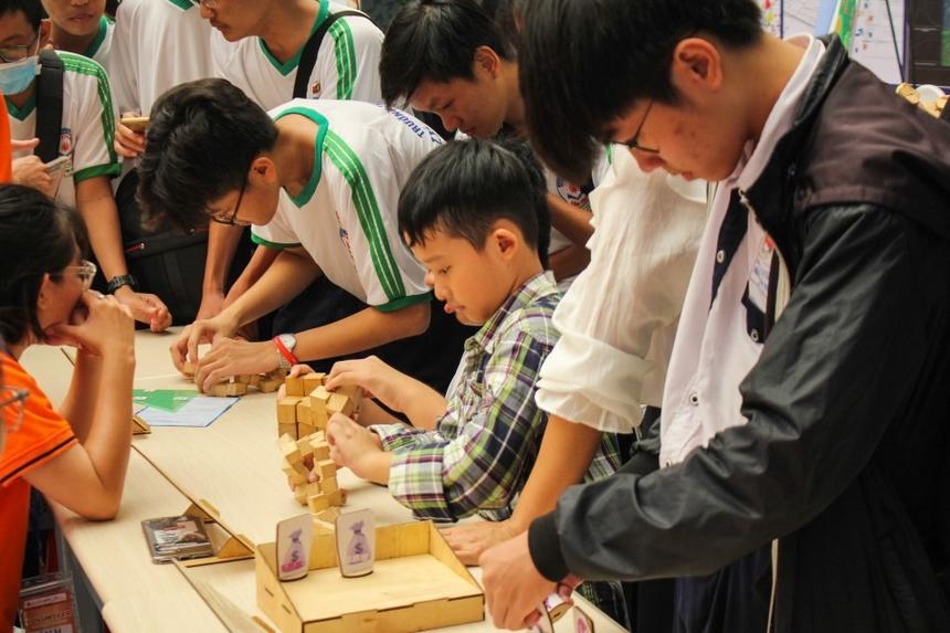 Nhiều học sinh nhỏ tuổi cũng tham gia ngày hội và trải nghiệm Toán học một cách say mê.