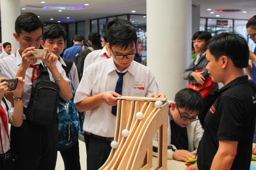 Một số thí nghiệm độc đáo liên quan đến các vấn đề của toán học tại Ngày hội Toán học mở 2020 cuốn hút nhiều học sinh miền Tây tự tay trải nghiệm.