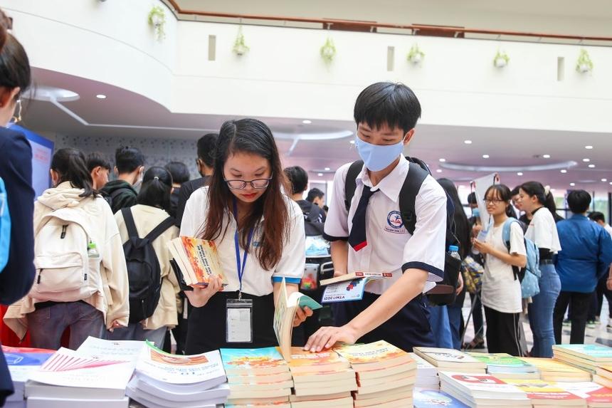 Ngoài việc được tham gia các trò chơi, các bạn HSSV còn được giới thiệu nhiều đầu sách hay về Toán.