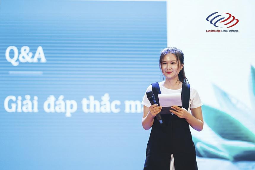 """Từ tháng 11/2019, Chi còn trở thành gương mặt đại sứ sinh viên của FPT Telecom, là cầu nối giữa nhà """"Cáo"""" với ngôi trường cô đang theo học: """"Mình rất vui khi được hợp tác với nhiều tổ chức ở nhiều vị trí khác nhau, điều đó giúp mình vừa có thể làm công việc dẫn chương trình yêu thích, vừa có thể ứng dụng kiến thức chuyên môn đã được học và trau dồi thêm nhiều kiến thức xã hội bổ ích khác""""."""