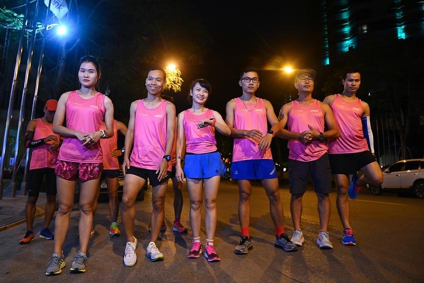 """<p class=""""Normal"""" style=""""text-align:justify;""""> Buổi chạy thử và trải nghiệm áo thi đấu chính thức dành cho vận động viên VnExpress Marathon Hanoi Midnight diễn ra tối 7/10. Tham gia sự kiện có 9 runner đến từ nhiều câu lạc bộ của Hà Nội như Greenstar Runners, Mỹ Đình Runner, VKL Runners, Hòa Bình Park Runners, K39 NEU Runners &amp; Friends, Chicken Run 96-99 Kim Liên .... cùng đội ngũ hỗ trợ và dẫn đường của ban tổ chức.</p>"""