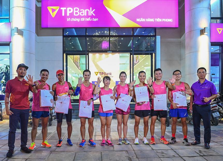 """<p class=""""Normal"""" style=""""text-align:justify;""""> Giải chạy đêm quy mô lớn đầu tiên tại Hà Nội - VnExpress Marathon Hanoi Midnight diễn ra vào đêm 28/11 đến rạng sáng 29/11, mang tới nhiều trải nghiệm độc đáo. Chương trình do báo điện tử VnExpress và UBND TP Hà Nội cùng Ngân hàng TMCP Tiên Phong (TPBank) phối hợp tổ chức.</p>"""