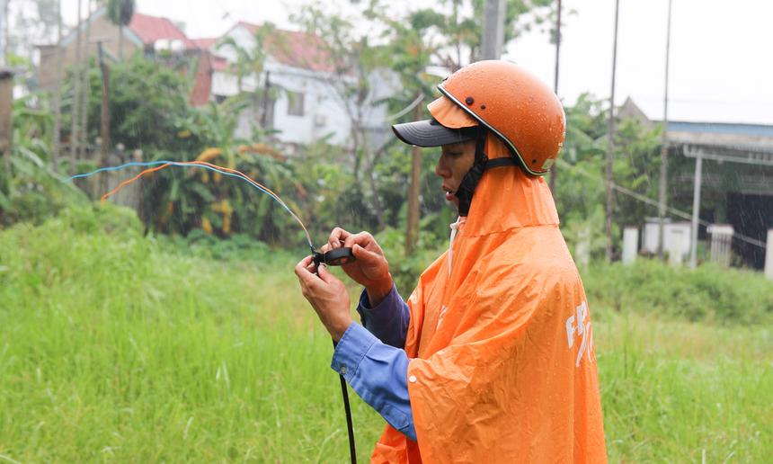 Anh Đoàn Văn Lĩnh đang khẩn trương nối lại đường cáp tại khu vực Thị xã Điện Bàn, đây cũng là tuyến cáp nằm ở vị trí bị cô lập bởi lũ lụt những ngày qua.
