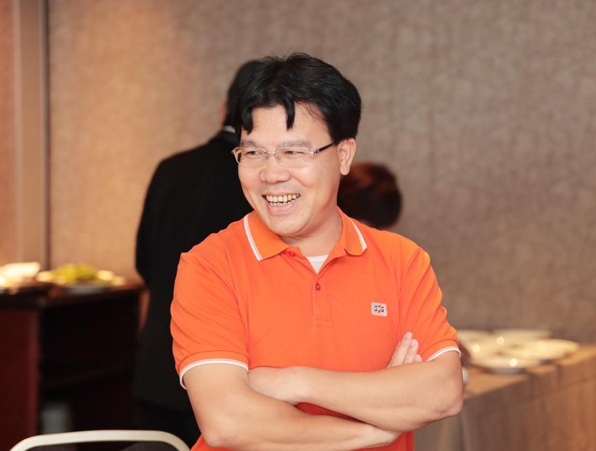 """<p class=""""Normal"""" style=""""text-align:justify;""""> Cùng với anh Lương Hồng Hải (FPT Okinawa), năm 2011 anh Đinh Tiến Hùng (MFG)<span>ghi dấu ấn với dự án PMC - một trong những dự án lớn đầu tiên của FPT Japan. Anh Hùng</span><span style=""""color:rgb(34,34,34);"""">mong muốn các cá nhân thâm niên hãy chia sẻ kinh nghiệm của mình tới những thế hệ kế cận, đó có thể là kinh nghiệm về sales về quản trị dự án. Anh tâm sự ở lứa tuổi nào thì việc học cái mới và rèn luyện sức khỏe luôn quan trọng.</span></p>"""