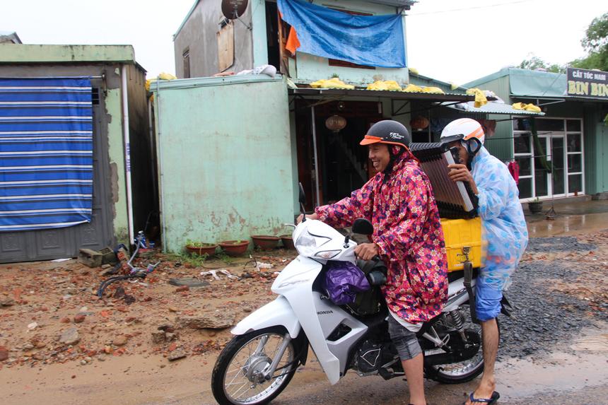 Đại diện chi nhánh cho hay, hạ tầng khu vực huyện Duy Xuyên, Thị xã Điện Bàn nhiều nơi vẫn đang còn lũ. Đặc biệt, văn phòng chi nhánh đặt tại TP Tam Kỳ nước rút chậm, nhiều CBNB văn phòng vẫn chưa thể đi làm trở lại.