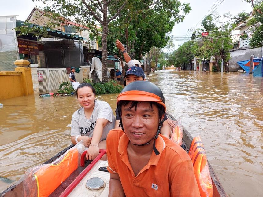 Do ảnh hưởng của mưa bão, tỉnh Quảng Nam ghi nhận tình trạng ngập úng tại nhiều khu vực. Để đảm bảo vận hành các đài/trạm, khối Kỹ thuật đã phải dùng ghe, thuyền vận chuyển máy phát điện, tiếp cận các khu vực bị ngập để ứng cứu.