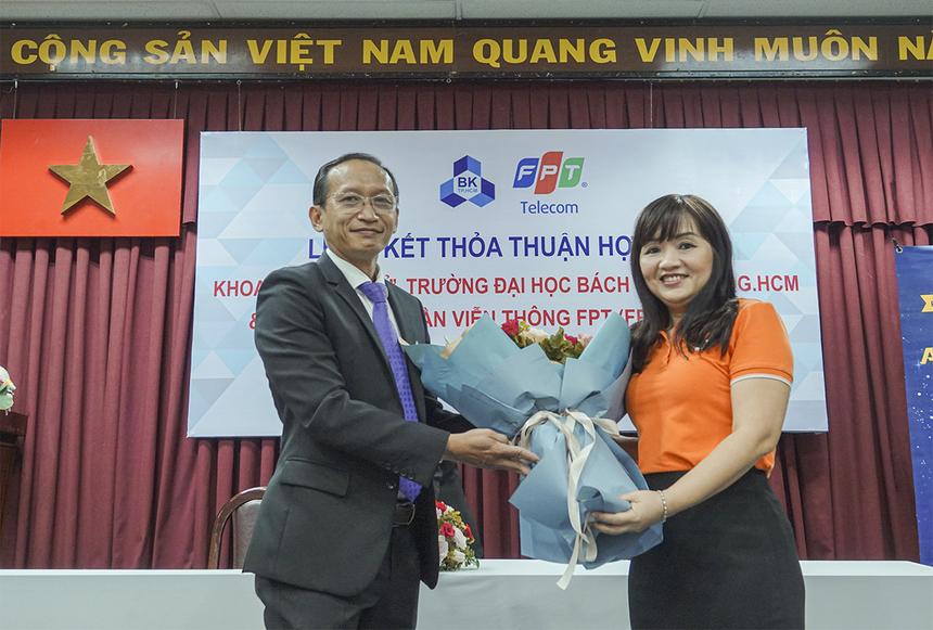 Chị Nguyễn Thị Hữu Quyên - Phó Giám đốc FPT Telecom HCM đã ký kết thỏa thuận hợp tác đào tạo với PGS.TS Đỗ Hồng Tuấn, Trưởng khoa Điện - Điện tử ĐH Bách khoa TP HCM.