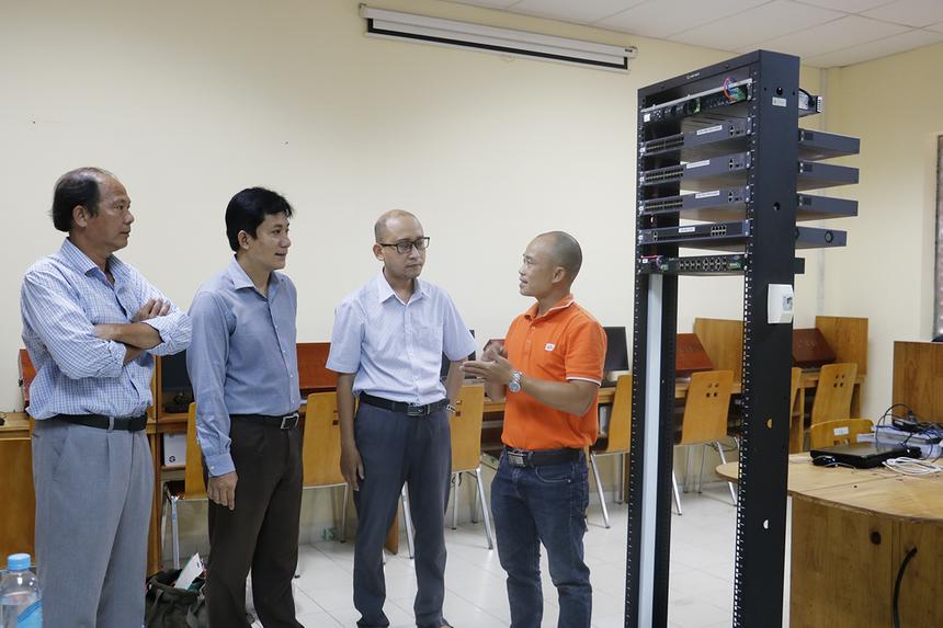 Sau một tháng lên kế hoạch, đội kỹ thuật INF đã bố trí nhân lực khảo sát ở ĐH Bách Khoa để đưa ra thống nhất về vị trí đặt phòng Lab và cử 3 kỹ thuật viên tiến hành lắp đặt, sau khi chuẩn bị đầy đủ thiết bị vật tư.