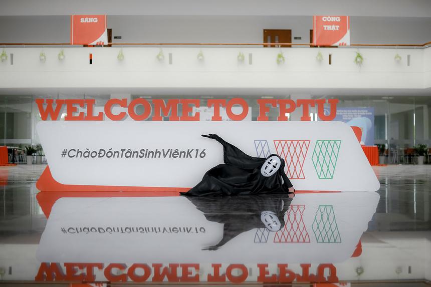 Chào đón dịp lễ Halloween (31/10) sắp tới, các thành viên CLB F-Art đã trình làng nhân vật Vô Diện phiên bản ĐH FPT để giới thiệu với mọi người những góc sống ảo xịn xò của campus Cần Thơ.