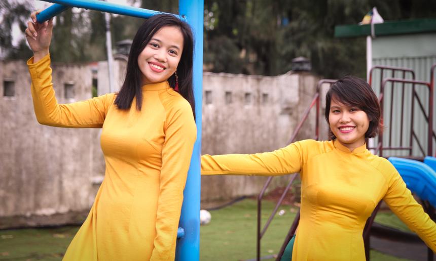 """Chị Nguyễn Phương Hoài (bên trái) cho biết, cả nhóm đã cùng nhau đi thuê áo dài, phải mất nguyên một buổi mới chọn được bộ vừa ý. Mặc dù thời tiết Đà Nẵng đang mưa nhưng mọi người vẫn """"bất chấp"""" để có được một bộ ảnh đẹp."""