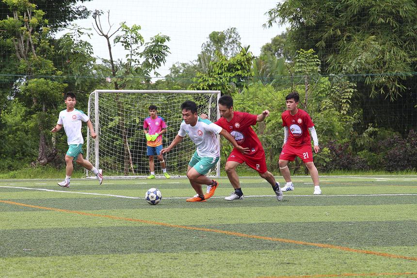 Ở bảng B, FPT IS (áo trắng) bất ngờ bị đối thủ FPT Retail (áo đỏ) cầm hòa 0-0 ở trận đấu ra quân.