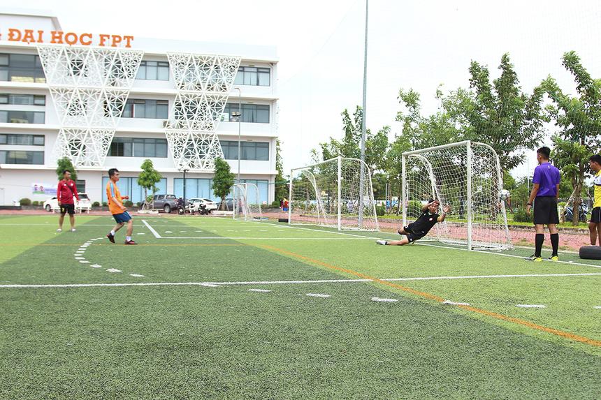 """Dù từng đánh bại đối thủ ở vòng bảng nhưng các cầu thủ FPT Telecom lại tỏ ra """"kém duyên"""" ở trận chung kết. Hòa nhau không bàn thắng, hai đội buộc phải giải quyết thắng thua trên chấm luân lưu và Synnex FPT là đội bóng giành chiến thắng chung cuộc."""