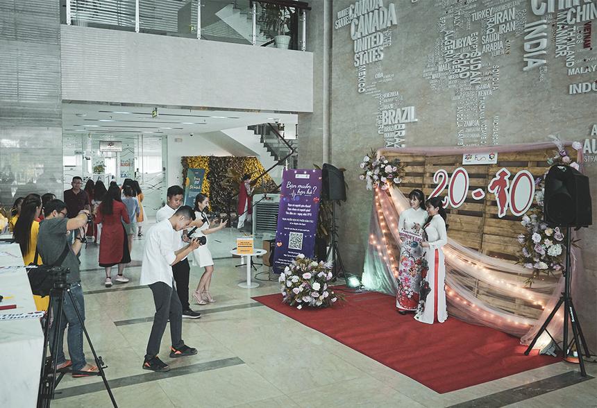 """Ở tòa nhà FPT Tân Thuận, các chị em nhà """"Cáo"""" sẽ có dịp khoe dáng trong bộ áo dài truyền thống, để nhận về những kiểu ảnh lưu niệm ở sân khấu được bố trí sẵn."""