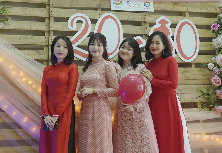 Với mỗi chiếc áo dài được mặc ngày 20/10, chị em FPT Telecom sẽ góp 20.000 đồng vào Quỹ hỗ trợ đồng đội FPT Telecom miền Trung từ nguồn ủng hộ của CBNV và Công đoàn công ty.