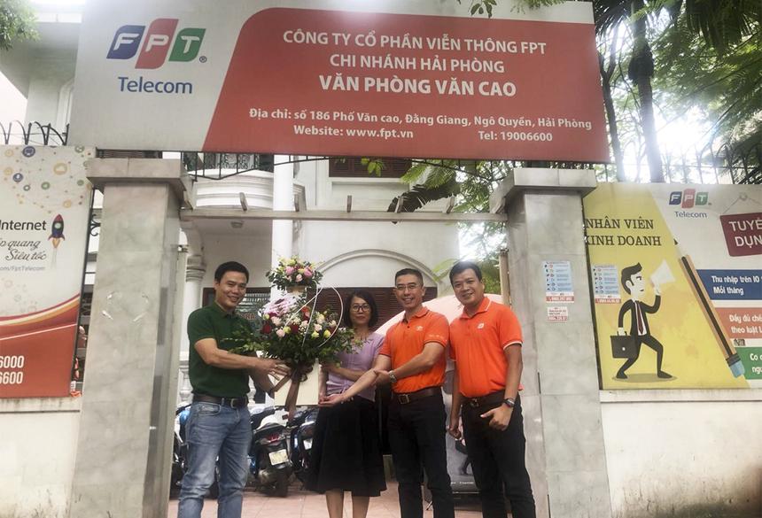 Nhân chuyến công tác ở TP Hải Phòng, CEO FPT Telecom Hoàng Việt Anh đã tặng hoa cho các chị em chi nhánh và quyên góp ủng hộ quỹ.